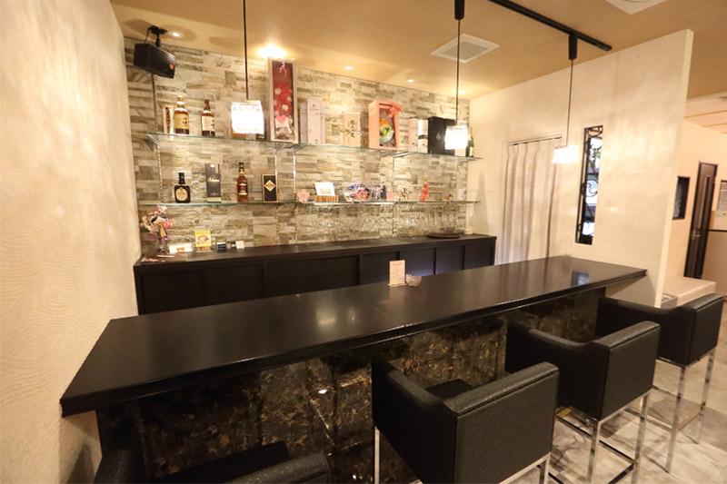 会員制ラウンジ 姫[スナック・ラウンジ/愛媛県]の店内イメージ 壁や照明にもこだわったカウンター席